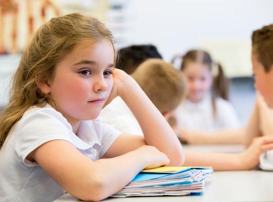 meisje in klas basisonderwijs
