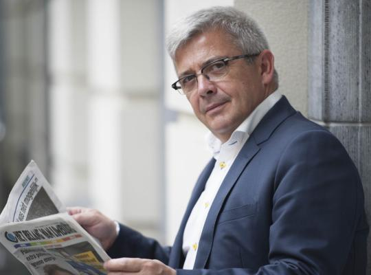 Kris Van Dijck leest de krant in het parlement
